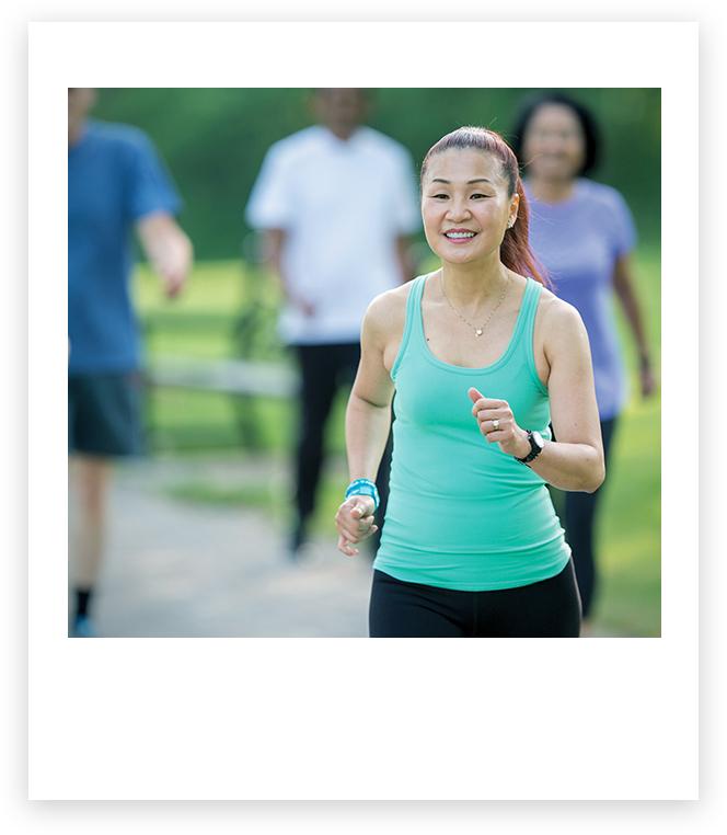 Imagen de una mujer corriendo al aire libre.