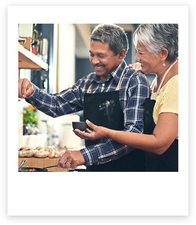 Imagen de un hombre y una mujer cocinando juntos.