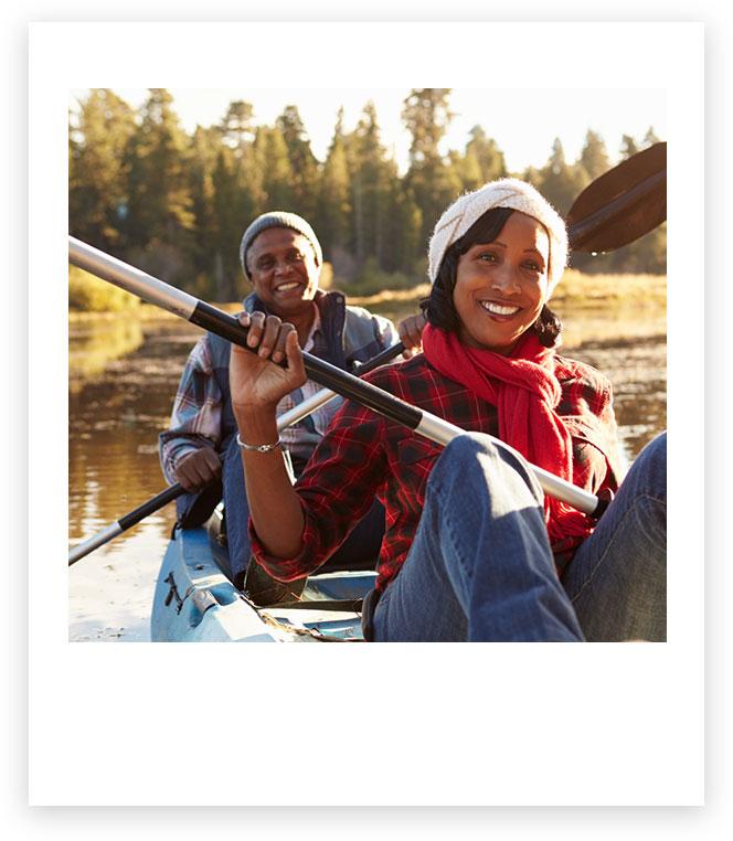 Imagen de pareja montando en kayak.