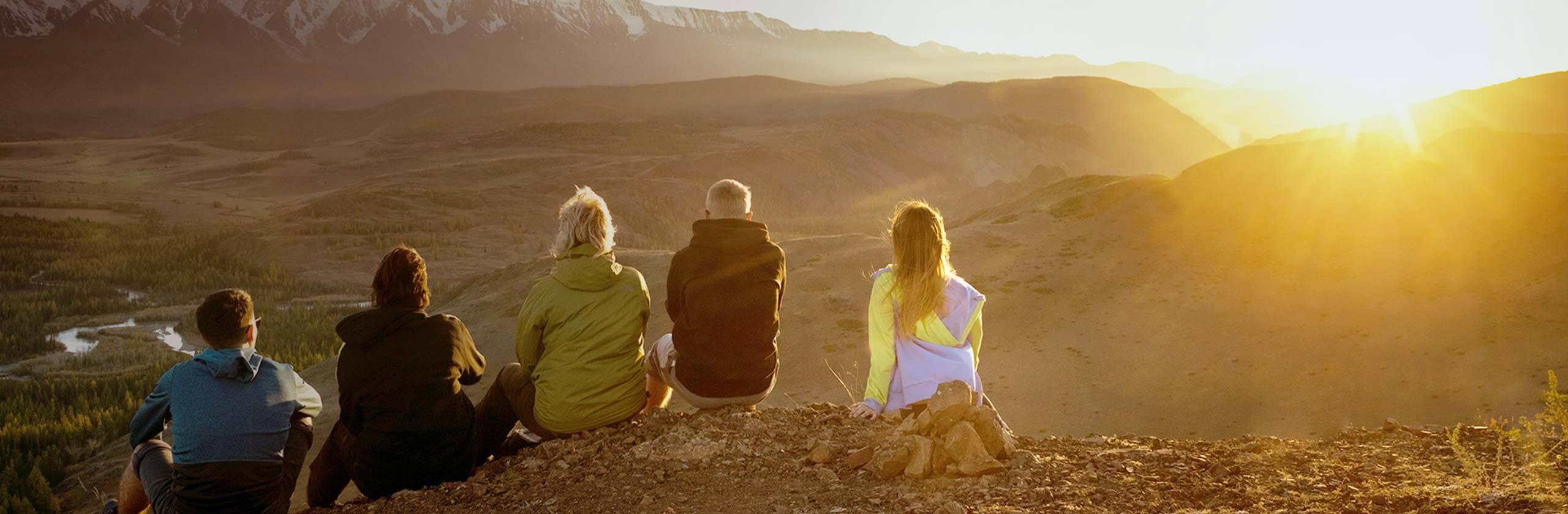 Imagen de una familia que admira un paisaje montañoso.