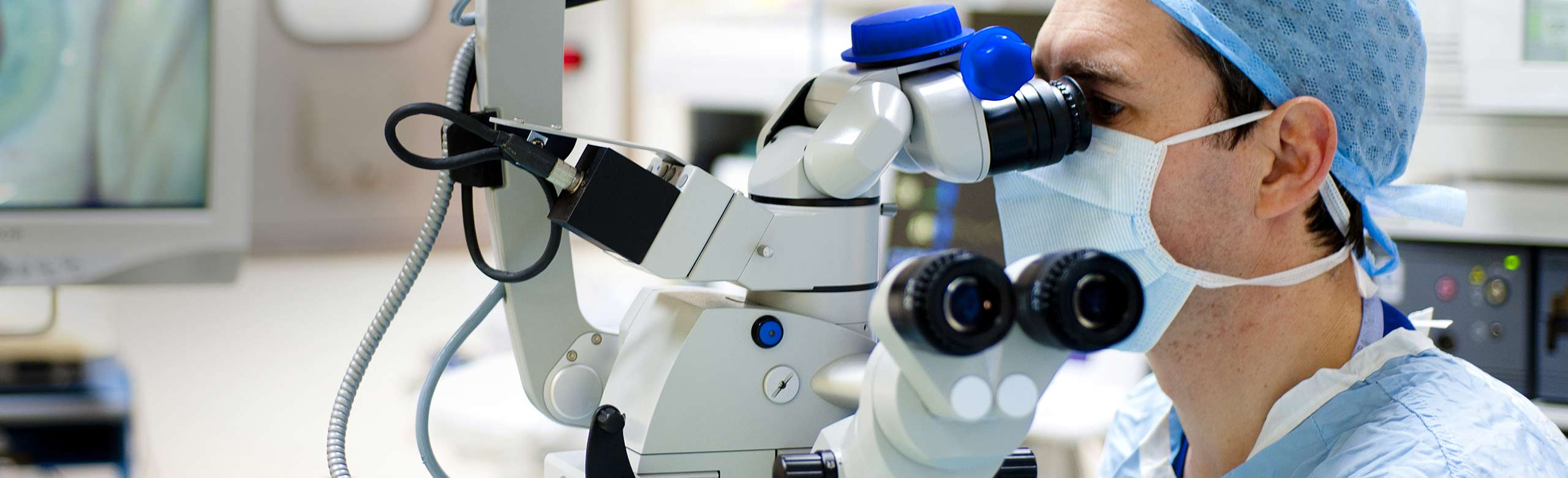 Imagen de un cirujano oftalmológico que está llevando a cabo una cirugía de cataratas.