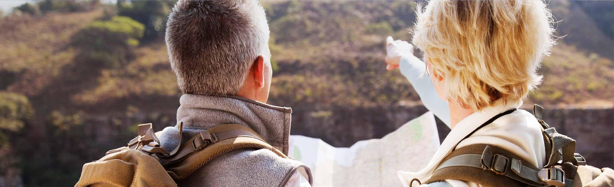 Imagen de una pareja que consulta un mapa.