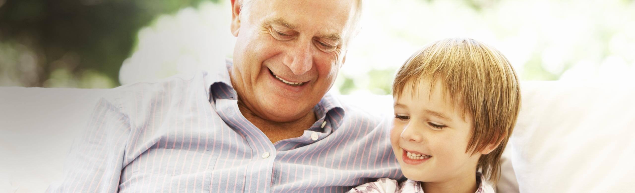 Imagen de un hombre y de un niño que ríen juntos.
