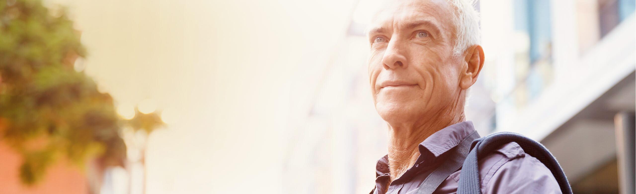 Imagen de un hombre mirando a lo lejos con confianza.