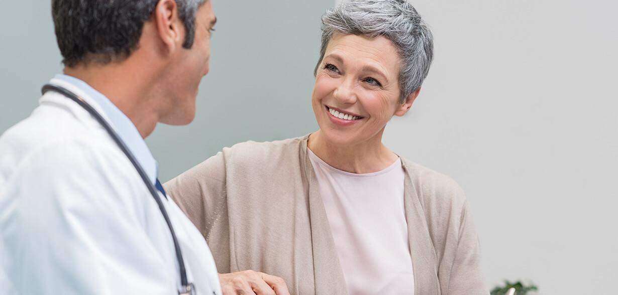 Imagen de un médico y una mujer que están hablando