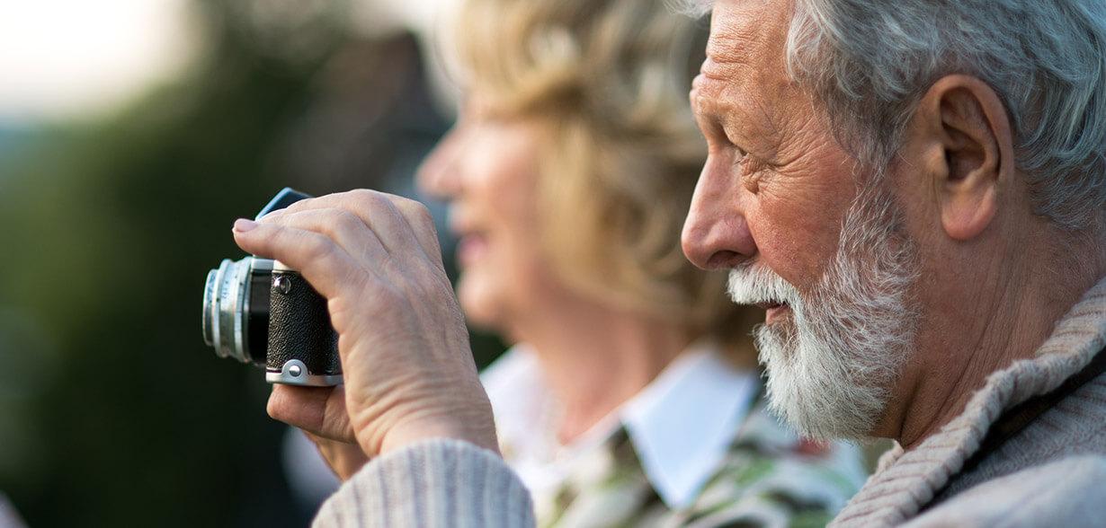 Imagen de un hombre tomando una foto con su cámara.